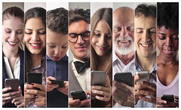 Smartphone Nutzung - Menschen verschiedener Altersgruppen nutzen ein Smartphone